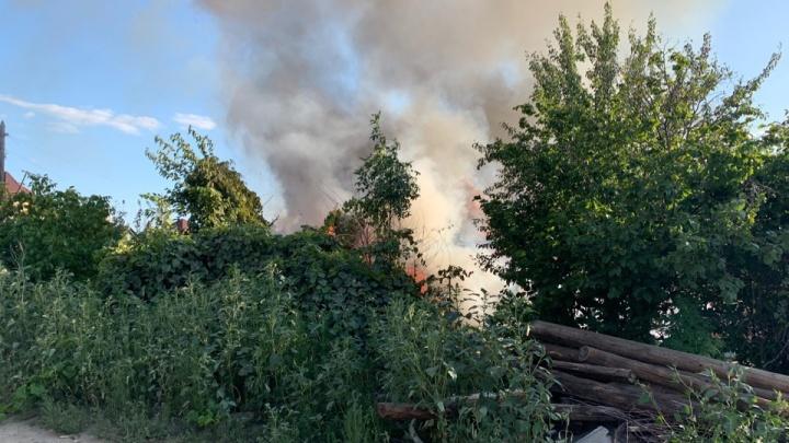 «Говорят, на участок претендуют цыгане»: деревянный дом сгорел на Ангарском в Волгограде
