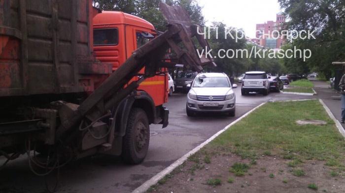 Водитель грузовика забыл опустить подъёмник