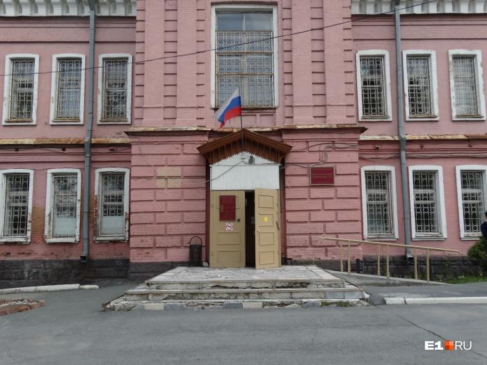 В Екатеринбурге много лет тянется история с выселением из квартиры бывшего хирурга и ветерана войны