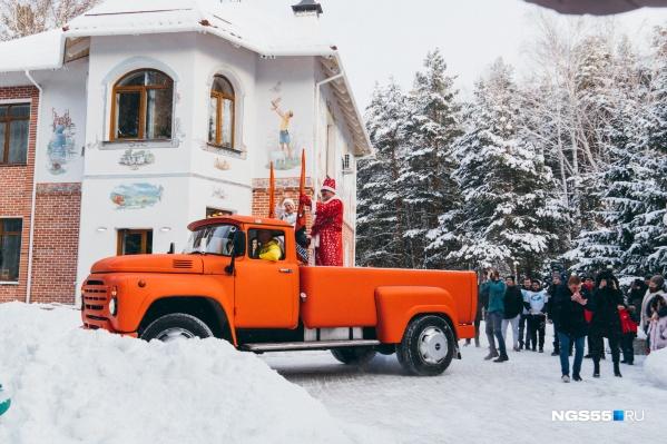 Ребята и их родители в«Доме радужного детства» дождались приезда Деда Мороза