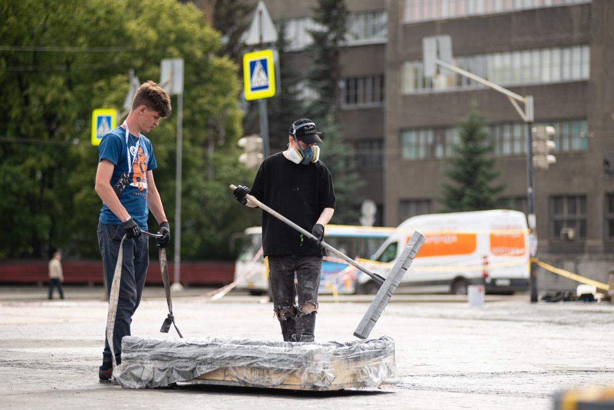 Граффити залили гудроном: что происходило на Уралмаше, где рабочие испортили крест Покраса Лампаса