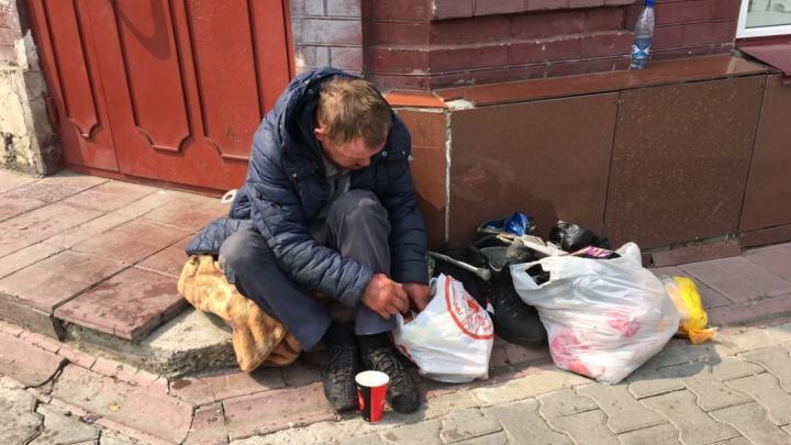 «Уходи отсюда!» В Перми разгорается скандал из-за видео, на котором чиновница пинает бездомного
