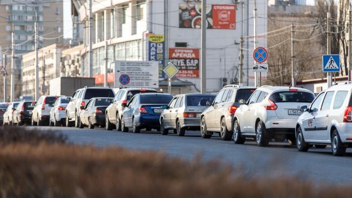 «Две иномарки столкнулись — все стоят»: центр Волгограда застыл в огромной пробке