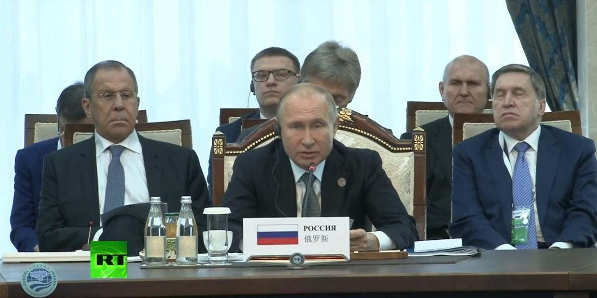 Во время форума в Бишкеке глава региона Алексей Текслер расположился за спинами президента и его пресс-секретаря