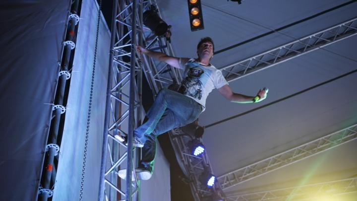 Группа«Ногу Свело!»зажгла на сцене перед«Ареной Омск»