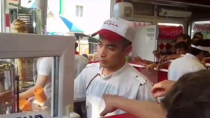 Жители Стерлитамака устроили давку за бесплатной шаурмой