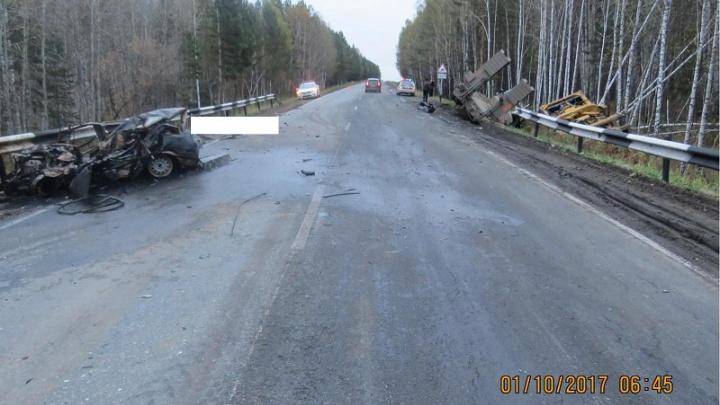 Легковушка сгорела, грузовик в кювете: на трассе Курган–Екатеринбург погибли два человека