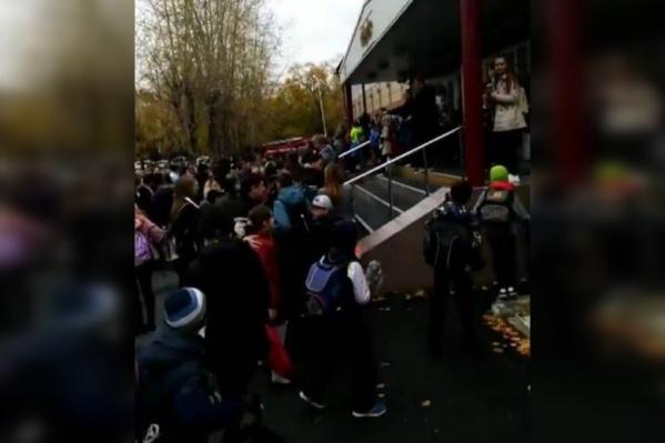 На улицу вывели всех учеников: и младшеклассников, и старшеклассников
