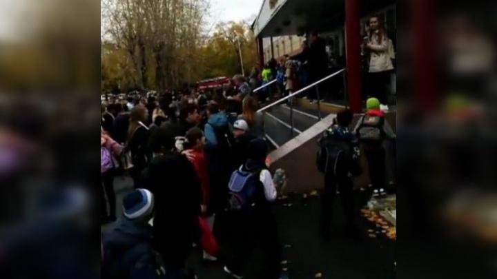 В тюменской школе распылили перцовый баллончик, всех учеников эвакуировали
