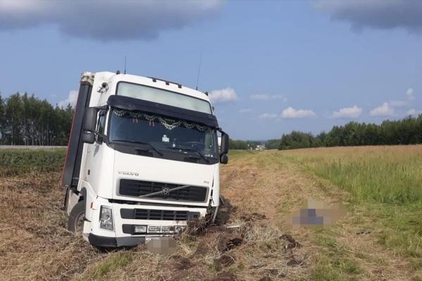 Фура съехала в кювет, водителя спасти не удалось