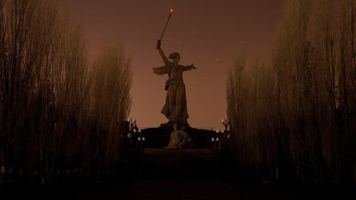 «Мамаев курган погрузился во мрак»: в Волгограде прошла всемирная акция «Час Земли»