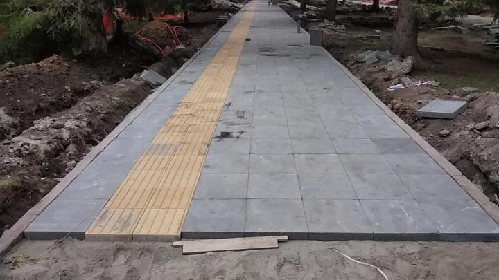 В сквере Славы начали укладывать новую тротуарную плитку