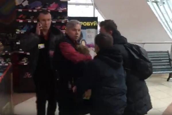 Охранники пытались задержать подростков