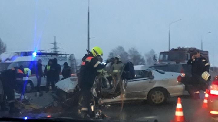 Пришлось срезать крышу: в Тольятти водителя зажало в машине после столкновения с двумя авто