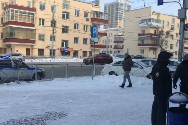 Полиция оцепила здание на перекрёстке Ленина и Челюскинцев