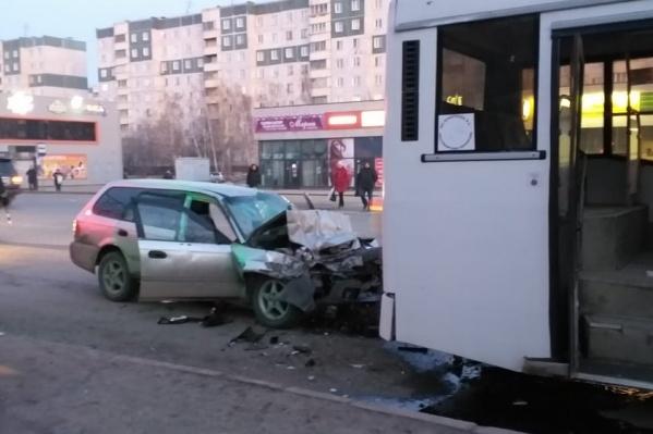В шестом часу утра «Хонда» и автобус попали в ДТП на остановке«Автокомбинат»