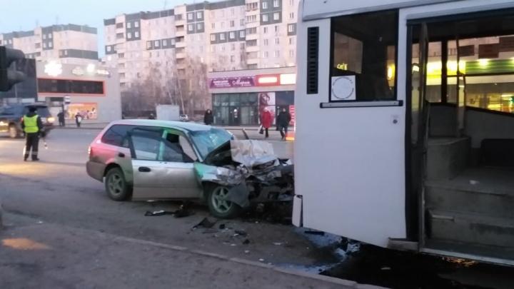 «Хонду» смяло от удара о стоящий на остановке автобус: водитель иномарки попал в больницу