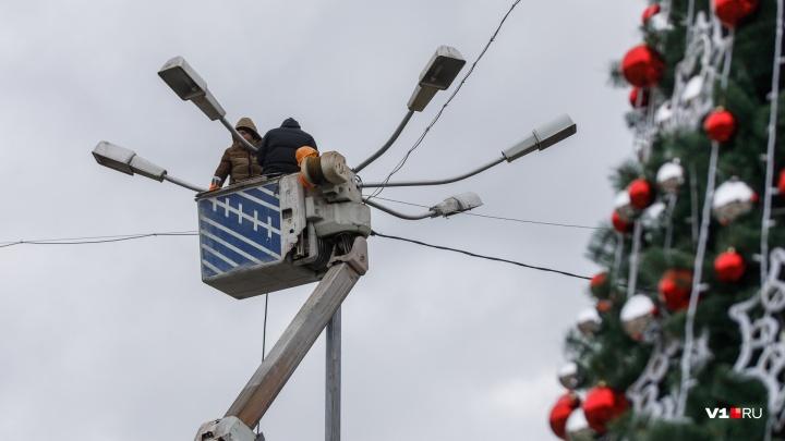 «Работали на высоте»: в Волгограде Аллею Героев украсили к Новому году за 149 тысяч рублей