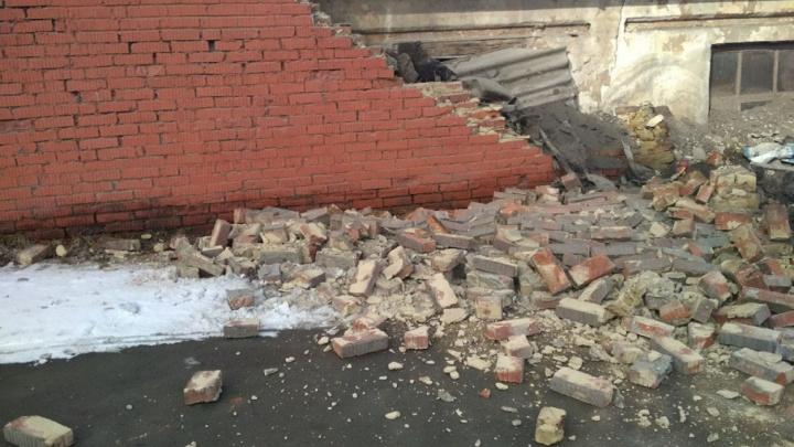 Под завал чуть не попал ребёнок: на остановке в Челябинске рухнул кирпичный забор