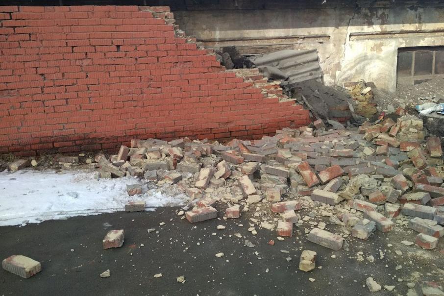 Забор просел и кирпичи вывалило на дорогу