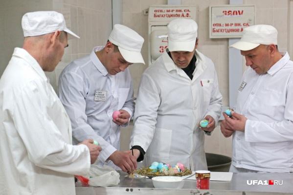 Заключенные сами красят яйца и создают на них настоящие картины