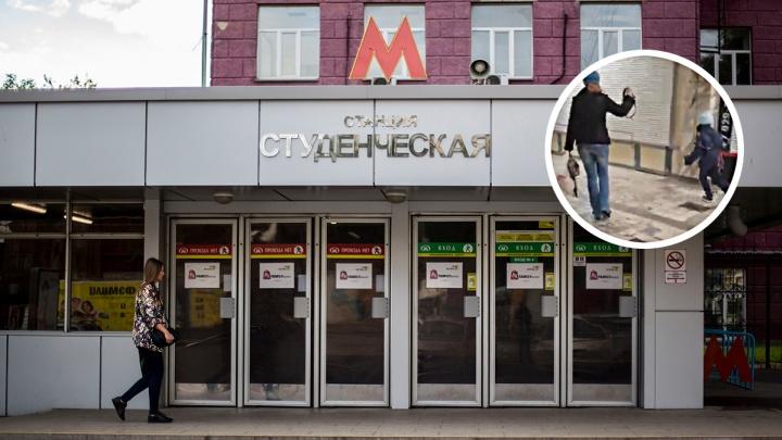 В новосибирском метро увидели мать с ребёнком на поводке