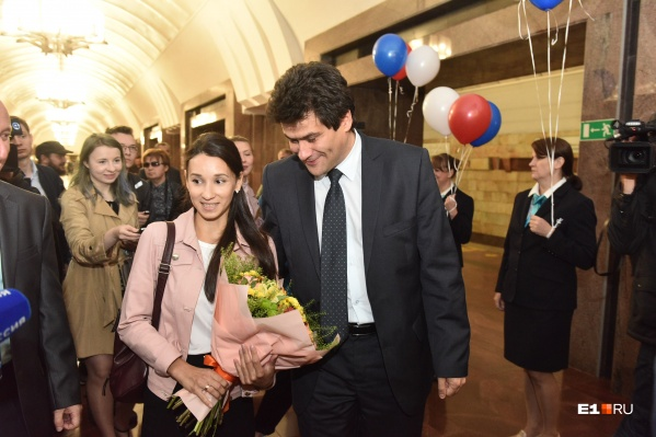 Мэр Екатеринбурга перехватил счастливицу у эскалатора