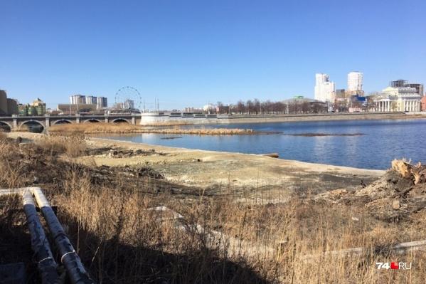 Сейчас территория на месте будущей набережной выглядит неухоженно