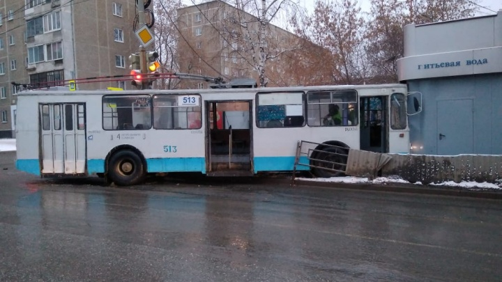 На Советской водитель троллейбуса проехал на красный, сбил девочку и врезался в киоск
