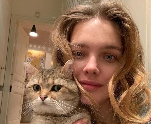 «Красивая пара». Наталья Водянова сделала селфи без макияжа, но с котом