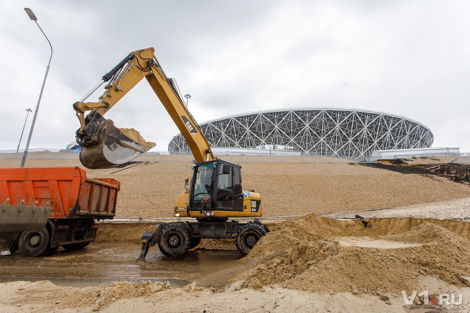 Руководитель проекта пообещал, что до выходных рабочие вновь засыплют склоны песком