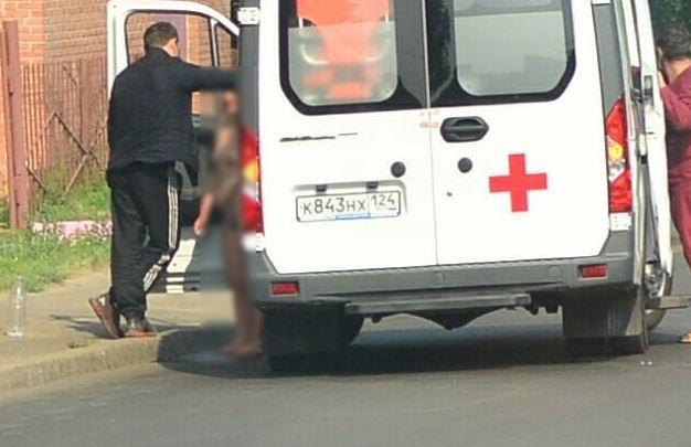 Голая девушка пыталась сбежать из автомобиля скорой на правобережье Красноярска