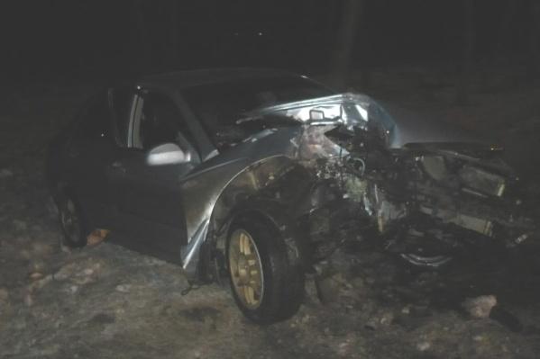 Машину раскурочило после удара о дерево