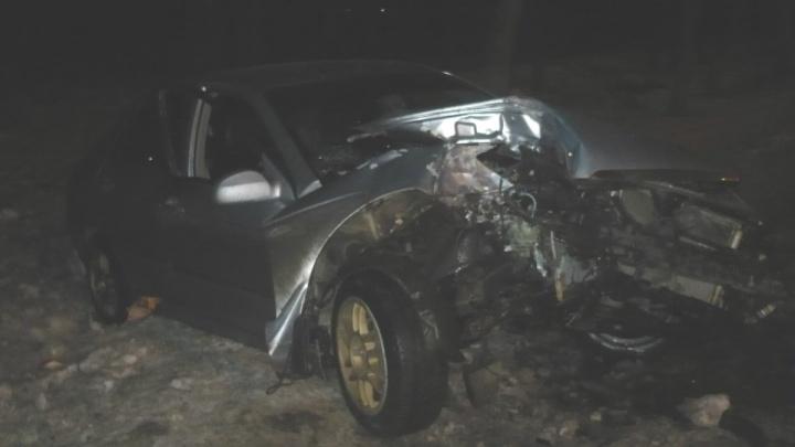 Из раскуроченной машины вытащили двоих пострадавших: в Ярославле легковушка влетела в дерево