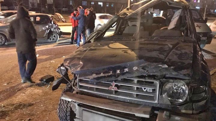 В Октябрьском районе внедорожник перевернулся набок после столкновения с другим автомобилем