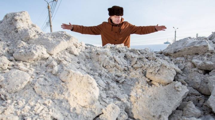 Кучи отговорок: смотрим вместе с мэром, как Челябинск замели сугробы с человеческий рост