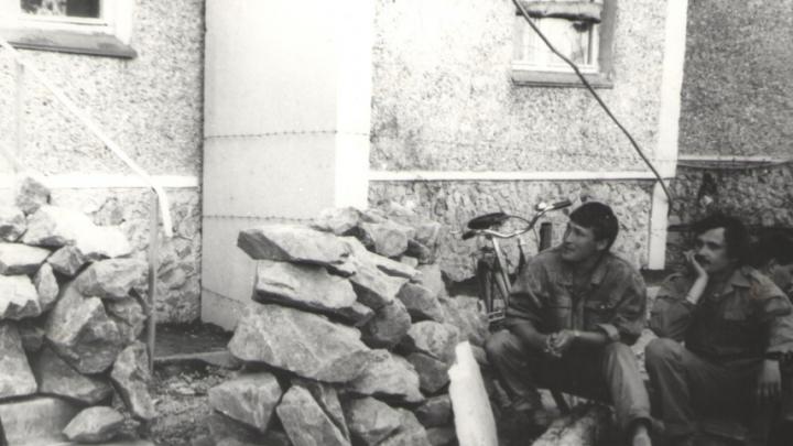 «Спали в квартирах на 9-м этаже под охраной собак»: дети афганцев вспоминают захват домов на Таганской