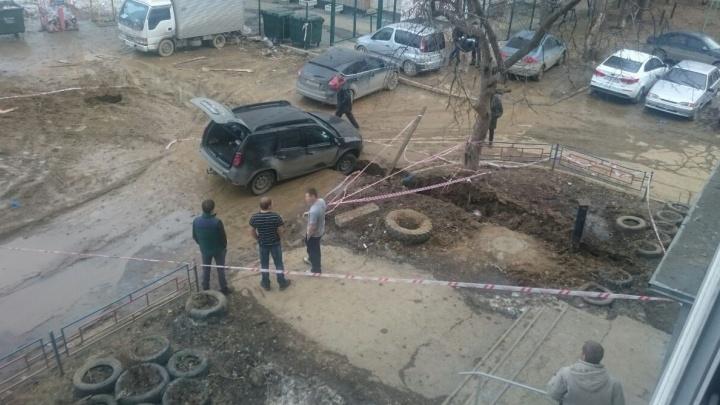 Жильцы двора на Эльмаше огородили территорию, чтобы в яму перестали проваливаться машины