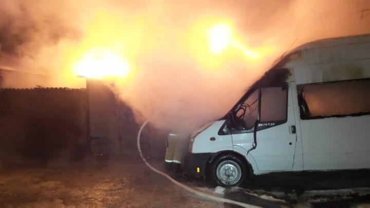 На Вторчермете загорелся дом, два гаража и три автомобиля