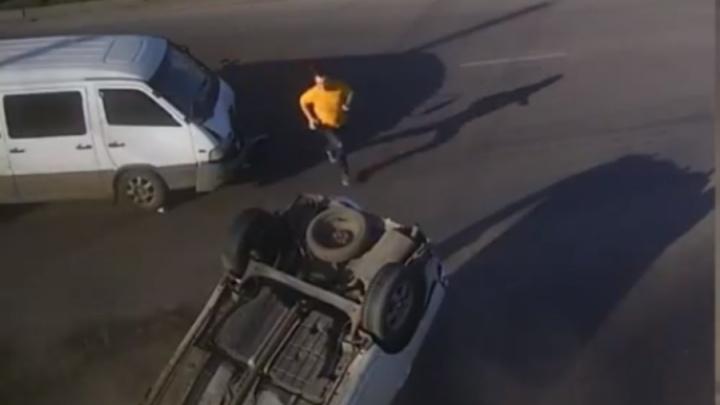 Микроавтобус летел на «красный» по Металлургов и перевернул легковушку