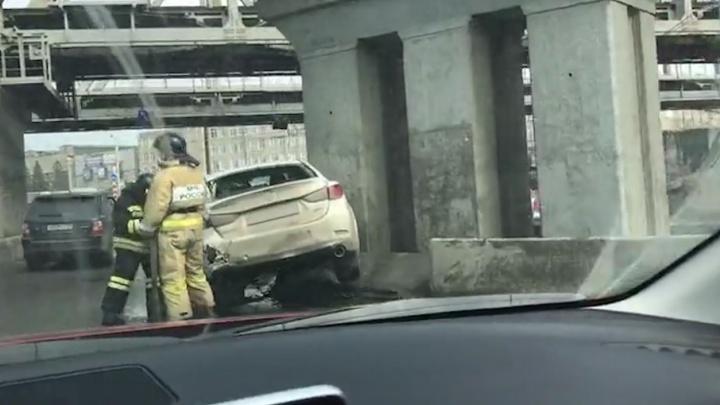 Mazda повисла на ограждении: четыре машины столкнулись под мостами в Ленинском районе