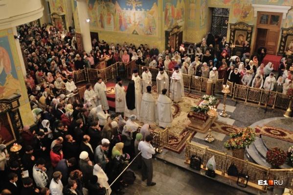 Богослужения начинаются в храмах в субботу утром, пасхальная служба с крестным ходом —в 23:30