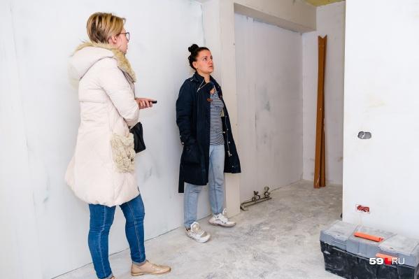 Наталья показывает квартиру — здесь голые стены