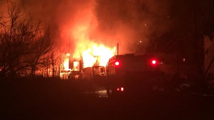 Неосторожное обращение с огнем или поджог: в Архангельске сгорел деревянный дом