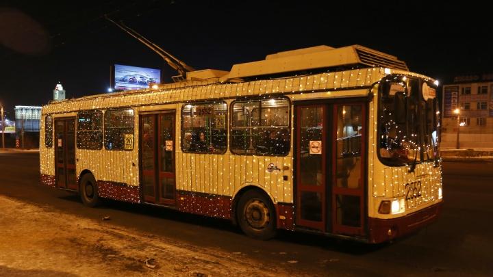 В Челябинске запустили новогодние трамваи и троллейбусы
