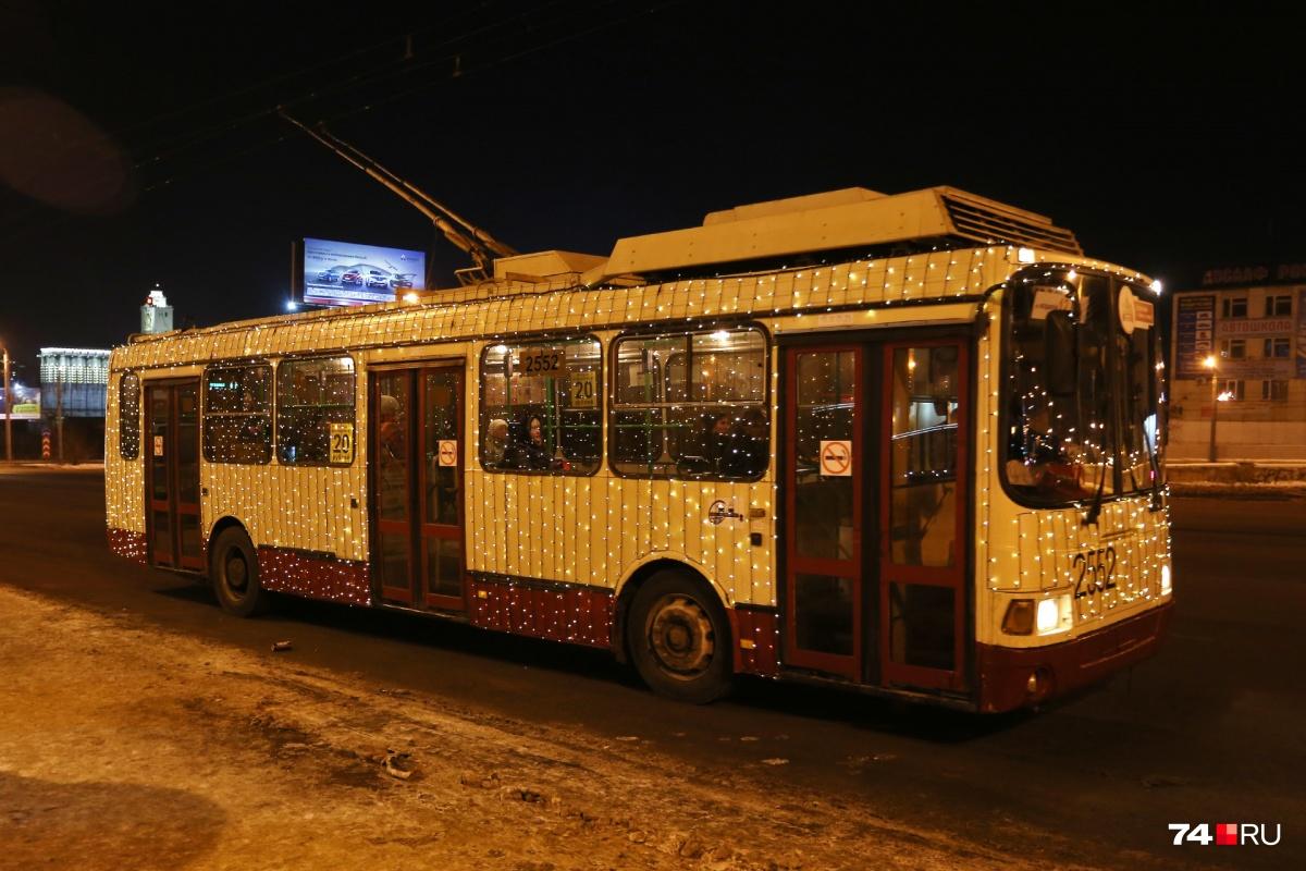 12-й и 26-й маршруты троллейбуса уже нарядили в новогоднюю иллюминацию