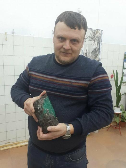 Это Матвей Гришин - в руках у него гигантский изумруд весом в 1,6 кг, который он нашёл