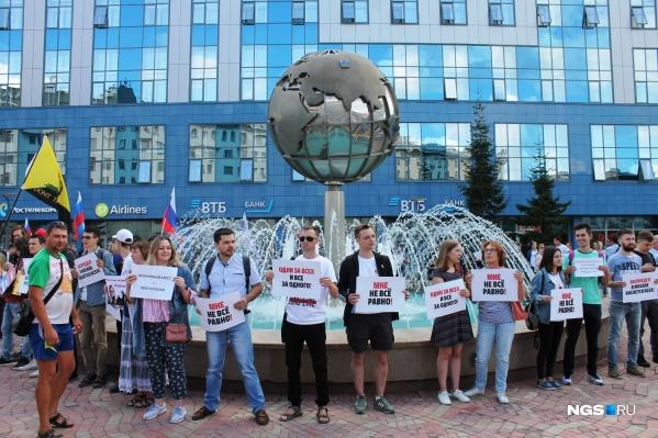 Десятки новосибирцев вышли в защиту независимых кандидатов, которых не допустили к выборам в Мосгордуму