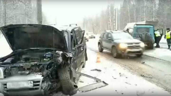 В Перми «УАЗ» врезался в Mitsubishi Pajero: водитель отечественного автомобиля — в больнице