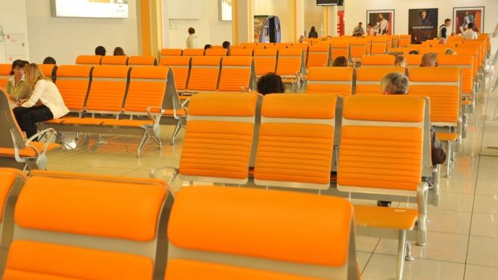 """""""Вынуждены спать на лавочках в Кольцово"""": пассажирам задержанного рейса в Турцию отказали в гостинице"""